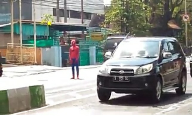 "Indikatormalang.com - Pengendara mobil dan motor dikejutkan oleh sesosok Spiderman yang mengatur lalu lintas, Selasa (18/7/17).  Spiderman? Ya tokoh komik yang terkenal itu mengatur lalu lintas dekat jembatan fly over Arjosari Blimbing Kota Malang.  ""Ayo yang motor lewat bawah fly over"" teriaknya sambil mengarahkan pengendara sepeda motor untuk lewat bawah fly over.  Tangannya tak henti-henti bergerak layaknya Polisi Lalu lintas mengarahkan para pengguna jalan untuk tertib.  Aksinya yang mengajak para pengendara untuk tertib lalu lintas tersebut sontak menjadi pusat perhatian para pengguna jalan. Sehingga banyak pengguna jalan berhenti untuk mengabadikan momen tersebut.  ""Arek Malang memang kreatif. Tabik, ayas respek"" puji Lutfi salah satu pengendara motor usai mengabadikan aksi sang Spiderman.  Usut punya usut sang Spiderman ternyata seorang mahasiswa. Namanya Azis (23), mahasiswa Fakultas Peternakan Universitas Brawijaya."