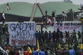 Tulisan Kocak Waktu Demo Mahasiswa di Depan Gedung DPR 16