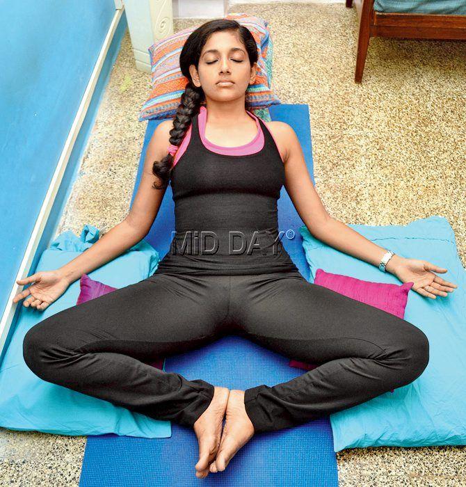 45+ Celebrities in Yoga Pants & Leggings Looking So HOT