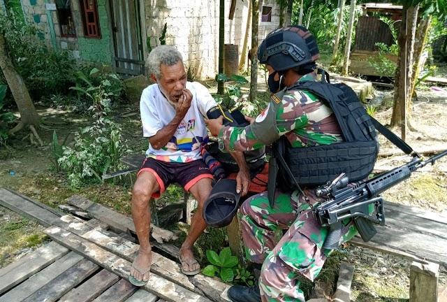 Minimnya Tenaga Medis, Satgas Yonif Raider 100/PS Turun Lapangan Berikan Pelayanan Kesehatan