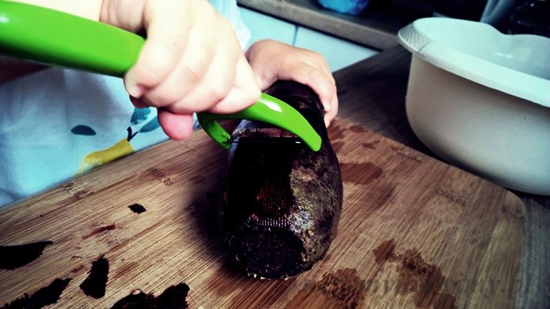 montessori - dziecko pomaga w kuchni