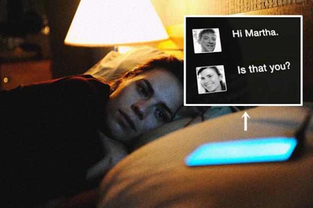 Cena do episódio Volto Já da segunda temporada de Black Mirror, que nos trás o Chatbot.