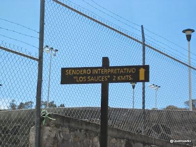 Letrero indicando camino al sendero interpretativo Los Sauces en Cerro Viejo