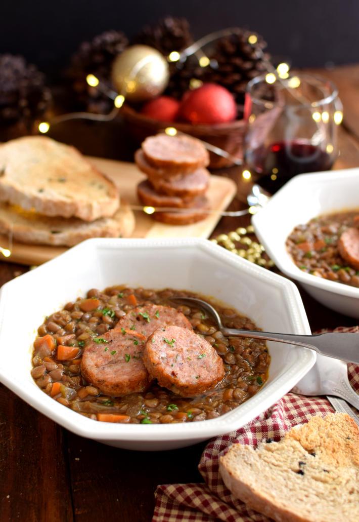 Lentejas con chorizo italiano, cotechino con lenticchie, servido en tazones