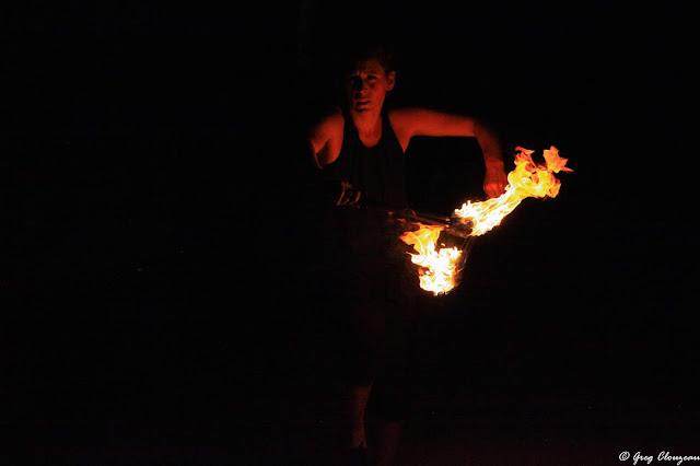 Anaïs danse avec le feu. Saisir son visage tout en conservant l'intensité des flammes s'est avéré difficile...