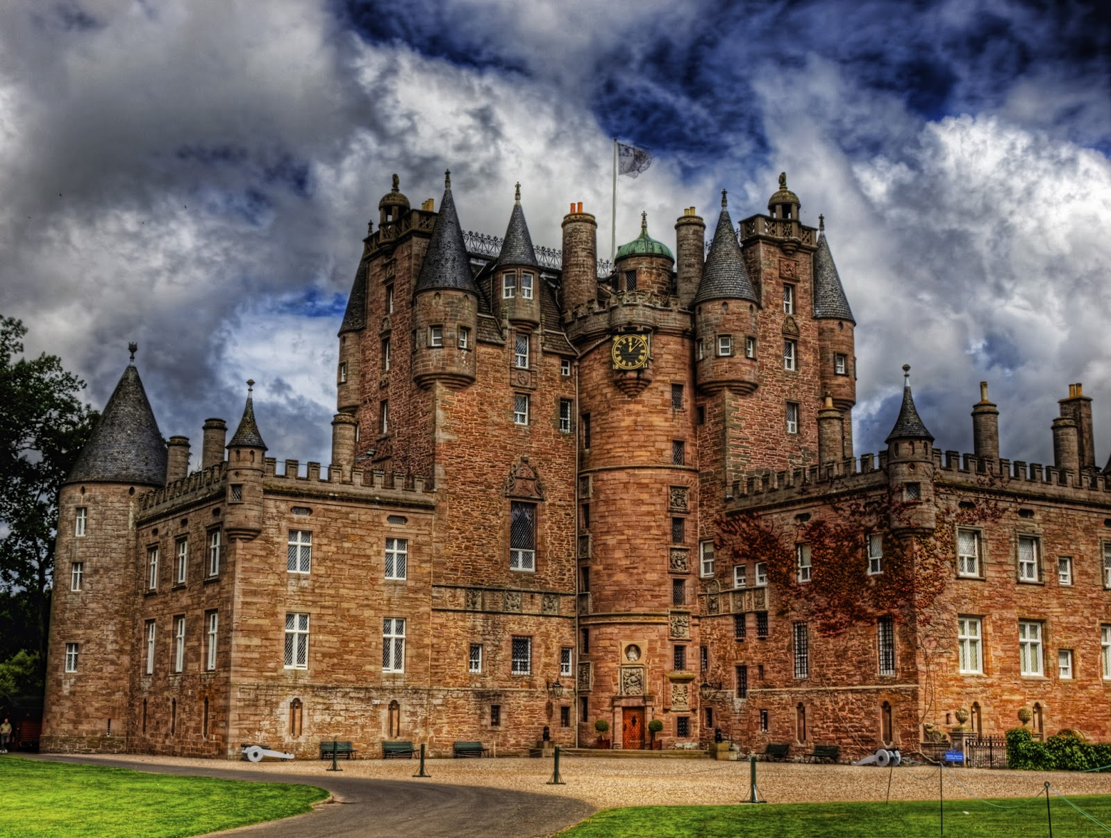 I SPILLED THE BEANS : THE GHOSTS OF GLAMIS CASTLE