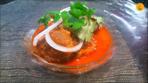 Carrilleras Ibéricas al Curry rojo con cebolla roja y cilantro. Restarurante Tres Bocas Madrid