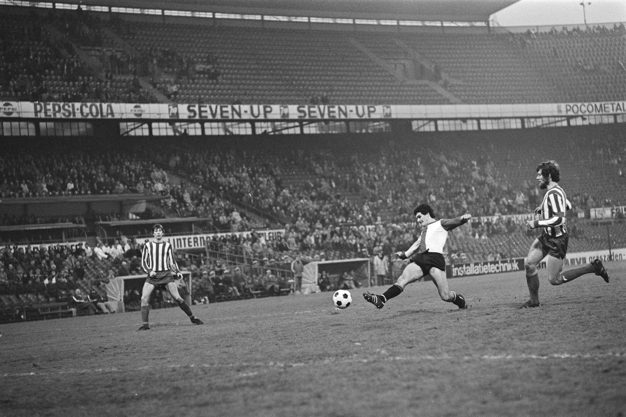 Michel van de Korput scoort tegen Eindhoven voor de beker