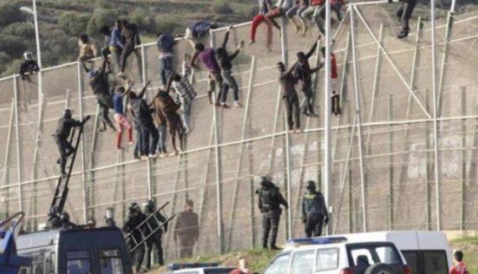 Εισβολή 700 μεταναστών σε ισπανική πόλη με αυτοσχέδια  όπλα! Μάχες σώμα με σώμα (VIDEO)