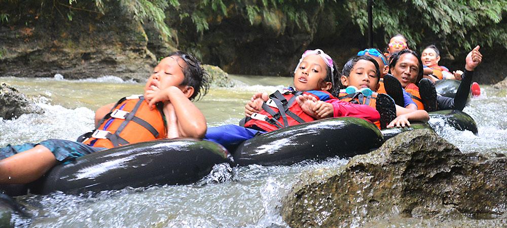 aktivitas river tubing di gren santirah selasari