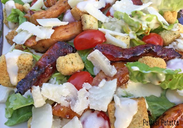 recette de salade au poulet caramélisé, poulet laqué, parmesan, sucrine, croutons, salade complète, sauce salade, comment laqué du poulet, sauce salade au parmesan, salade gourmande