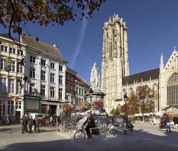 Estatua de Margarita de Austria con la Catedral de San Romualdo al fondo (Malinas, Flandes)