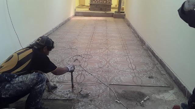 Meine Arbeiter legen die Bodenfliesen
