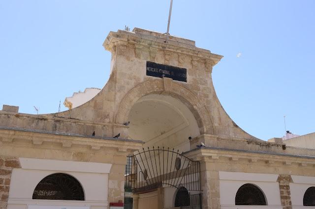 Portada del mercado de abastos de Cádiz