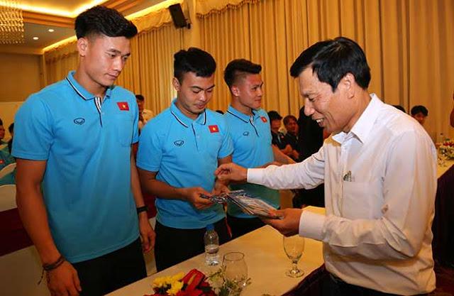 Thầy trò HLV Park Hang Seo nhận lì xì trước ngày đi tranh tài U23 châu Á 6