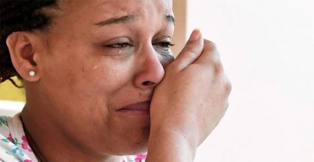 Una madre que llora a su hijo en vida