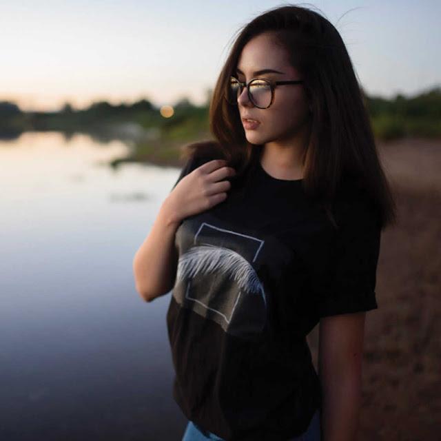 T-Shirt Dilengkapi Papan Hitam