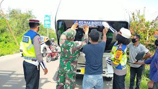 Kasat Lantas Polres Pinrang Pimpin Pasang Stiker Imbauan 'Ayo Pakai Masker' di Kendaraan