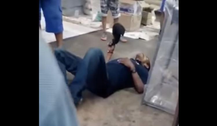 """VÍDEO: Sicario intenta ejecutar a persona este queda tirado en el piso gravemente y mujer le dice """"Váyase para afuera, aquí no puede estar"""""""
