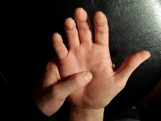 Cura instantánea: masajee sus dedos para  aliviar el dolor