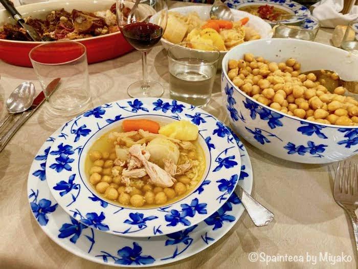 食卓に並ぶマドリードの家庭で食べるコシード・マドリレーニョ