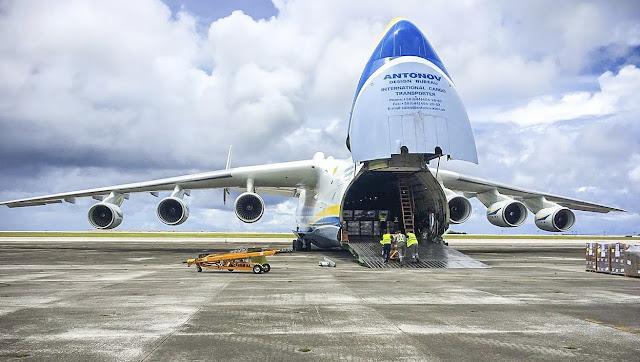 Antonov An-225'e kargo yüklemesi yapılıyor.