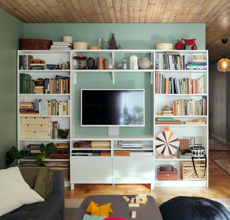 Salones nuevo catálogo IKEA 2021: combinación de mueble de tv con estanterías.