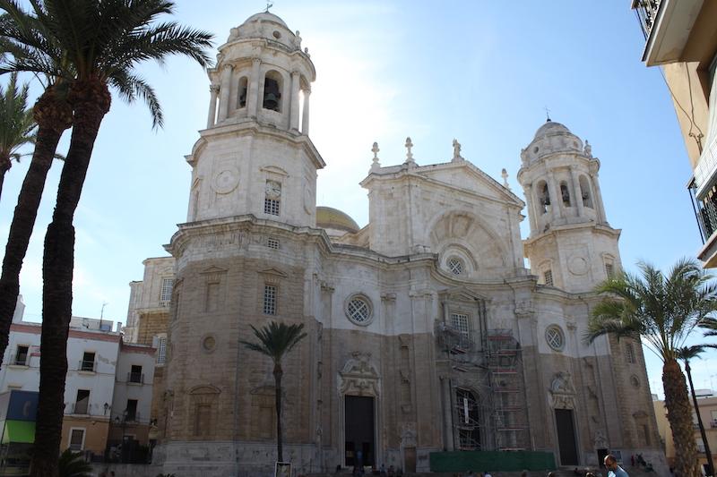 Kathedrale von Cádiz mit Palmen