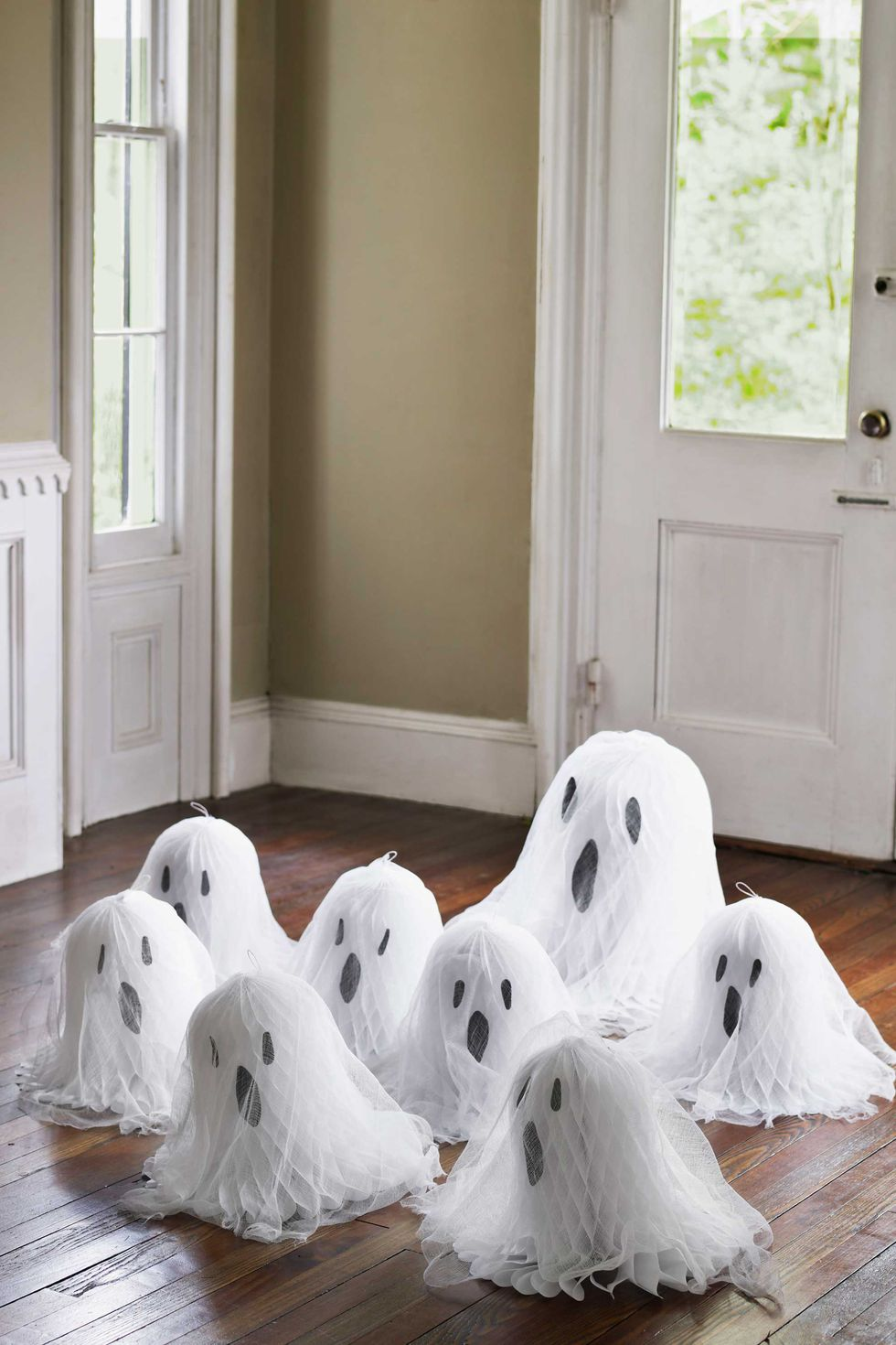 diy para decorar en halloween con fantasmas de papel terroríficos y gasa fácil y económico