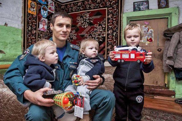 Молодой парень-пожарный спас детей-близнецов из огня!