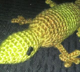 http://translate.google.es/translate?hl=es&sl=en&tl=es&u=http%3A%2F%2Fhooliganhookerknitterbug.wordpress.com%2F2014%2F05%2F03%2Fgareth-the-gecko-free-crochet-pattern%2F