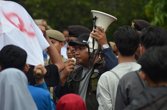 Bolos Berjamaah, Mahasiswa Hadiahi DPRD Tangerang Keranda Mayat