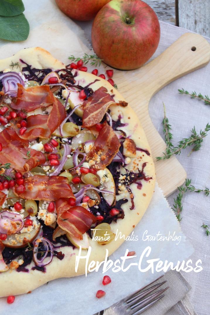 Flammkuchen mit Rotkraut, Äpfeln, Birnen, Speck und Ziegenkäse