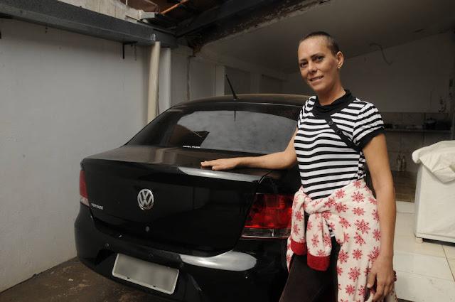 Mulher doente sorteia o carro para pagar a cirurgia e o vencedor devolve o prêmio