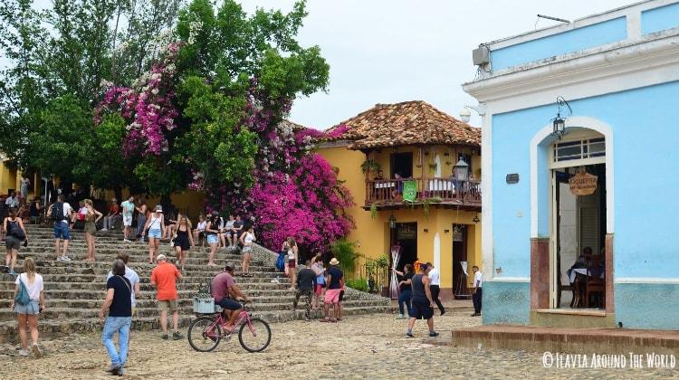 Plaza de trinidad en cuba llena de turistas