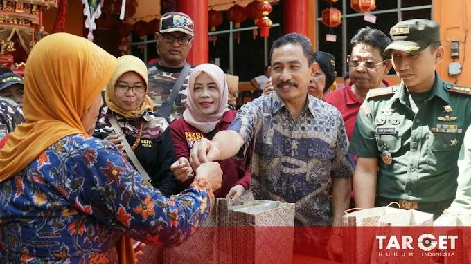 Hadiri Pembagian Kue Keranjang, Bupati Haryanto Tegaskan Keberagaman Bukanlah Persoalan