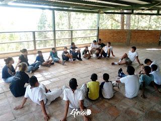 Kinder sitzen im grossen Kreis