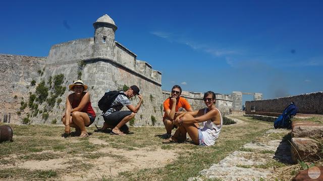 Adrián, Jairo, Claudia y yo en el castillo del Morro de Santiago de Cuba