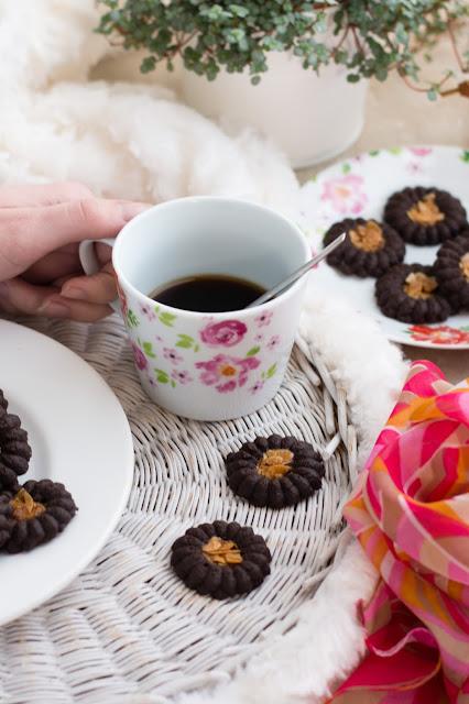 Biscuits romias au chocolat et tasse de café