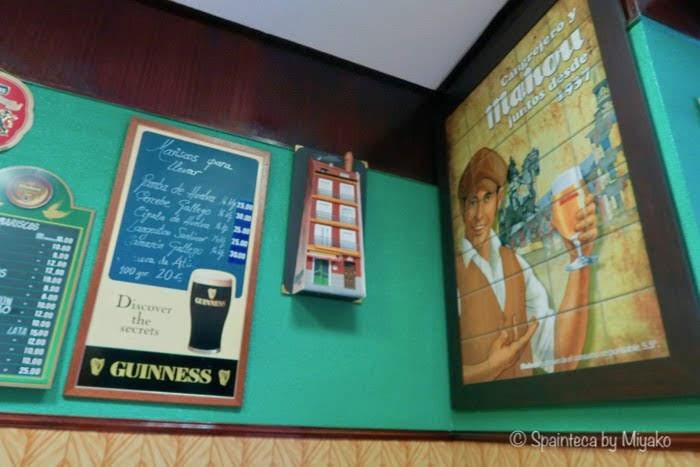 マドリードの老舗バルに飾られるMahouマオウビールのレトロな看板