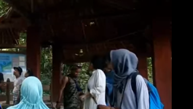 gadis berjilbab wisata taman nasional ujung kulon banten