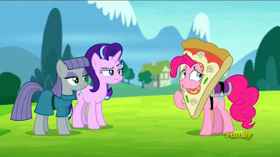 Pinkie attempts a pizza delivery to Maud and Starlight