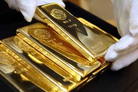 Emas kembali jatuh tertekan penguatan dolar dan kenaikan saham Amerika Serikat