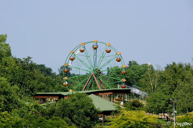 L'area attrazioni del parco e la ruota panoramica
