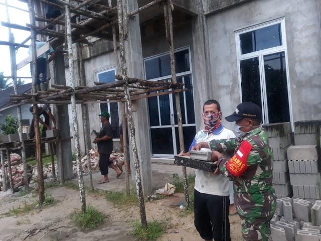Melalui Karya Bhakti, Babinsa Sebubus Wujudkan Kemanungggalan TNI-RAKYAT di Paloh