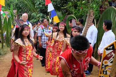 Rombongan bupati dan uskup untuk menuju lokasi gereja diarak dengan tarian adat dayak setempat. Bupati Rupinus juga di daulat untuk memancong buluh muda
