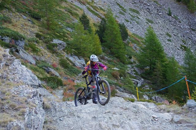 le vttae qu'il faut pousser sur le chemin du Col d'Invergnieux en Italie