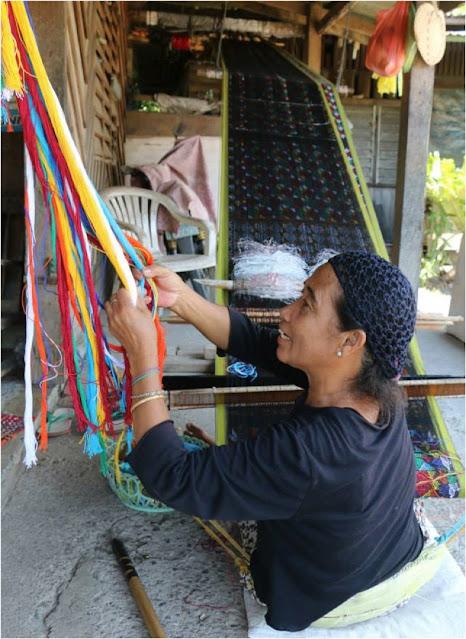yakan woman weaving cloth