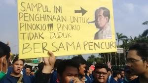 Sampaikan Mosi Tidak Percaya, Mahasiswa Lempari Mobil Dinas Pejabat di DPR