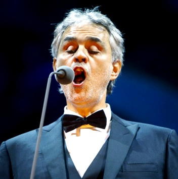 Foto de Andrea Bocelli en pleno canto